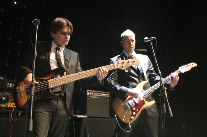 Metropolis : photo : Bass and guitar
