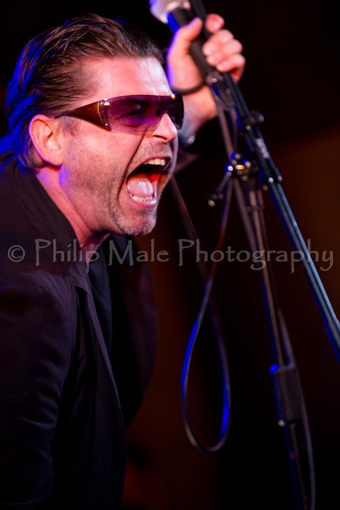 U2-2 : photo : Brian as Bono
